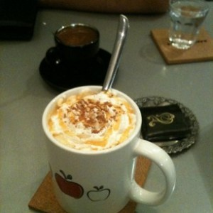 آب سیب داغ با خامه و دارچین کافه رییس